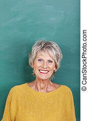 chalkboard, senior, leraar, tegen, vrouwlijk