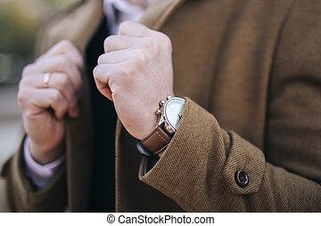 chamarra, hombres, relojes, mano