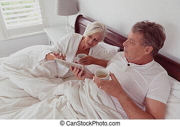 chambre à coucher, lit, numérique, café, utilisation, quoique, actif, ensemble, couple, personne agee, tablette, avoir
