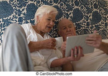 chambre à coucher, tablette, utilisation, couple, personne agee, numérique