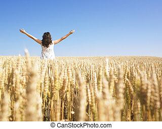 champ, femme, blé, bras étendus