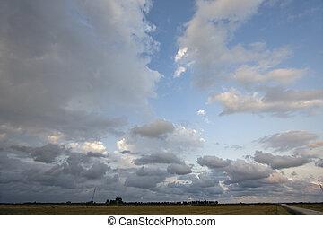 champ ferme, sur, nuages