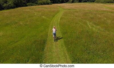champ, vert, bicyclette voyageant, 4k, femme