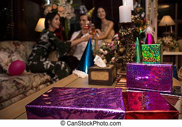 champagne, amis, fête, donner, cadeau, gai, arrière-plan., boîte, toast, noël