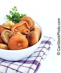 champiñones marinados, gorra, leche, azafrán