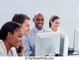 chanceux, business, groupe, travailler dur, dans, bureau