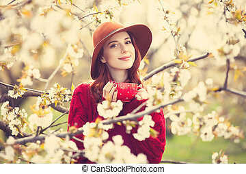 chandail, femmes, chapeau, tasse rouge