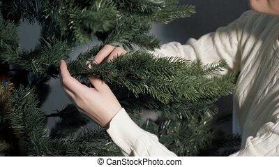 chandail, heureux, redresse, femme, arbre, vert, noël