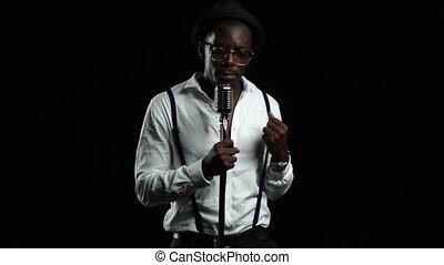 chante, chanteur, lent, autour de, danse, microphone, him., arrière-plan., rotation, noir, retro, mouvement