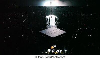 chante, chanteur, spectateurs, concert, scène, une, sombre, salle