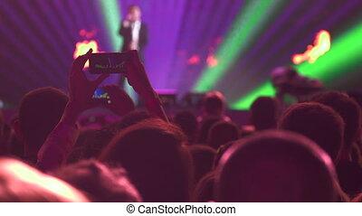 chanteur, concert, foule, exécuter, musique, devant, étape