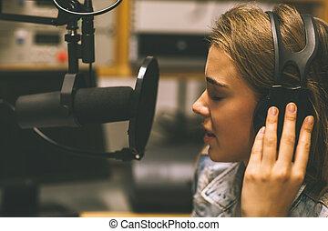 chanteur, enregistrement, joli, concentré, chanson