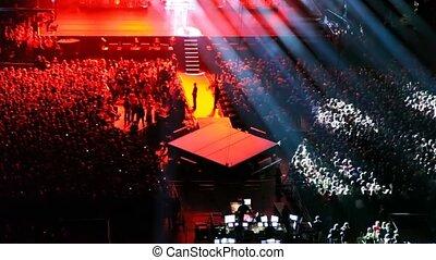 chanteur, spectateurs, concert, asseoir, grand, couloir performance, regard