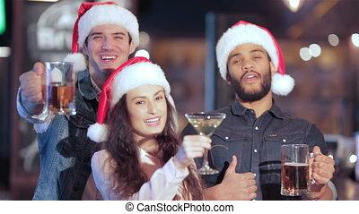 chapeau, trois, gai, bière, appareil photo, santa, sourire, amis, lunettes