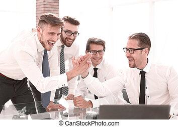 chaque, élevé, autre, cinq, employés, donner