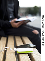 charger, smartphone, livre, lecture homme