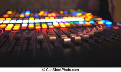 chariot, clair, fin, éloigné, arrière-plan., haut, studio., processus, club., lueur, fête, en mouvement, sound., amplificateur, fonctionnement, enregistrement, ralenti, nuit, joueur, équilibre, dj, coup, musical, buttons.