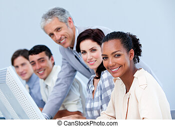 charismatic, 成熟, 經理, 檢查, 他的, employee\'s, 工作