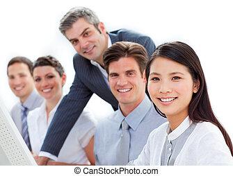 charismatic, 經理, 檢查, 他的, employee\'s, 工作