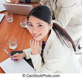 charismatic, asiatico, donna d'affari, in, uno, riunione