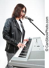 charismatic, junger mann, spielende , auf, synthesizer, und,...