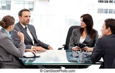 charismatic, uomo affari, parlando, suo, consoci, durante, uno, riunione, lavoro