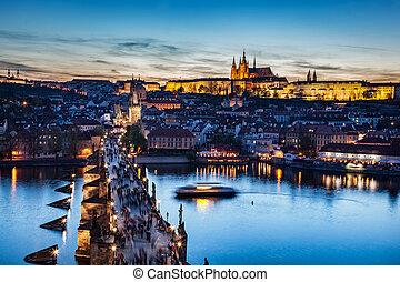 charles桥梁, 在上, vltava 河, 在中, 布拉格, 捷克的共和国, 在, 晚, 日落, night., 布拉格城堡