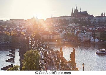 charles桥梁, 在上, vltava 河, 在中, 布拉格, 捷克的共和国, 在, sunset., 布拉格城堡