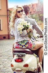 charmant, biondo, donna, guida scooter, con, lei, ragazzo