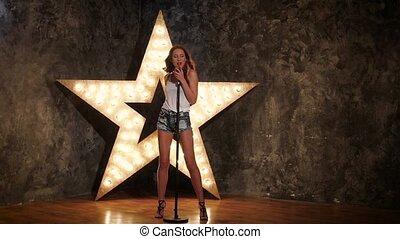 charmant, lent, étoile, micro, mouvement, fond, tenue, singing., girl, briller