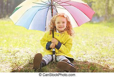 charmant, piccola ragazza sorride, con, colorito, ombrello, autunno