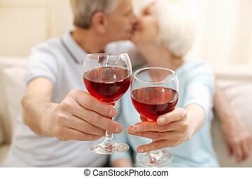 charmer, mignon, personnes âgées accouplent, célébrer, leur, amour