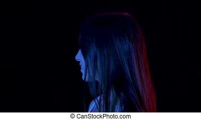 charmer, portrait, jeune, motion., appareil photo, regarder, hair., touchers, elle, fin, lent, haut., femme, passionately