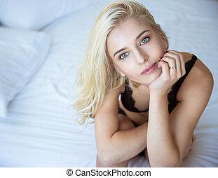 charming, mulher, langerie, cama, sentando