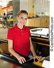 chashier, mujer, supermercado, trabajando