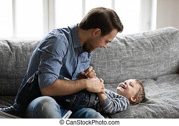 chatouiller, gosse, petit, rire, fils, heureux, jeune père