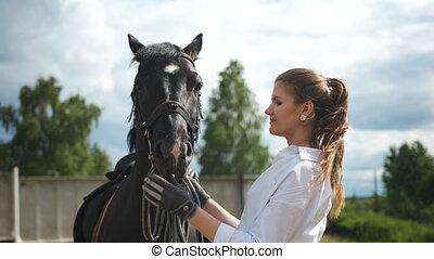 chaud, chemise, elle, girl, nourrit, cheval, ensoleillé, ...