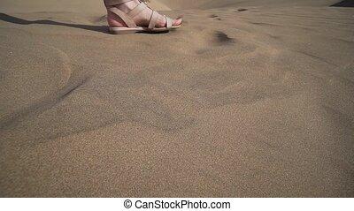 chaud, désert, pieds, femme, marche, sable, sandales, gros plan