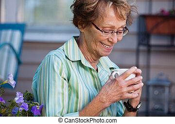 chaud, personne âgée femme, boisson, dehors