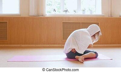 chauffage, natte yoga, mince, jeune, haut, studio, femme, danse, séance