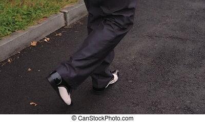 chaussures, asphalte, cuir, pieds, trottoir, noir, marcher, mâle, briller