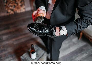 cuir tissu nettoyage chaussures brun cuir nettoie photographie de stock rechercher. Black Bedroom Furniture Sets. Home Design Ideas