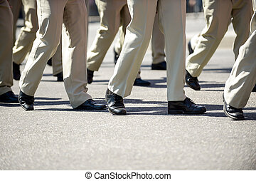 chaussures, rue., militaire, ligne, jambes, marcher