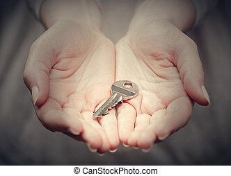 chave dentro, womans, mão, em, gesto, de, dar