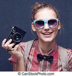 checkered, lunettes soleil, chemise, vendange, nœud papillon, hipster, adolescent, appareil-photo., branché, fille souriante, rouges