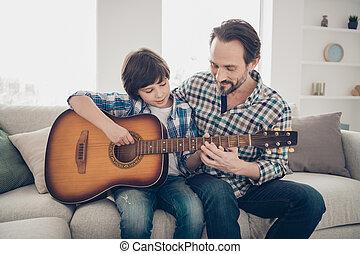 checkered, spelend, papa, vervelend, ruitjes, zittende , concept., sofa, het genieten van, foto, middelbare leeftijd , tevreden, weekend, ooit, gebaard, activiteiten, zoon, gitaar, best, comfortabel, hemd, melodie, het zingen, haar