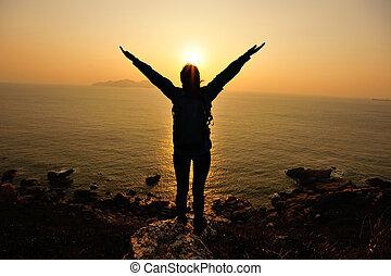 cheering, kvinde, åben bevæbner, til, solopgang