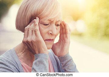 cheerless, oudere vrouw, vasthouden, haar, tempels