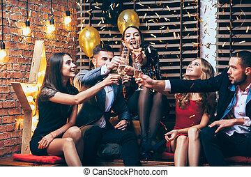 cheers!, grupo amigos, vidros clinking, de, champanhe,...