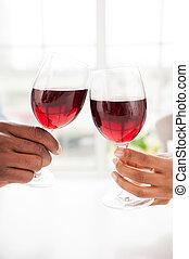 cheers!, primo piano, di, coppia, presa a terra, wineglasses, e, tostare